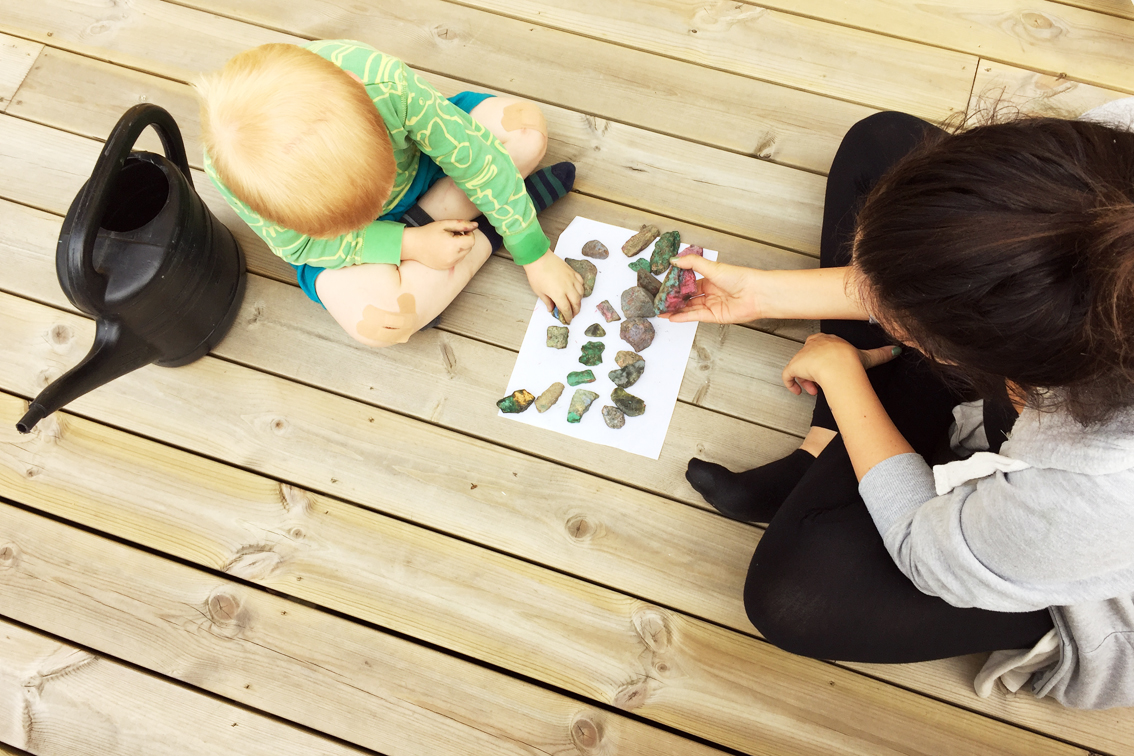 Lek på altanen i somras med barnvakten. När Lillebror skrapat knäna så han knappt kunde gå målade de stenar och lekte att de var skalbaggar.