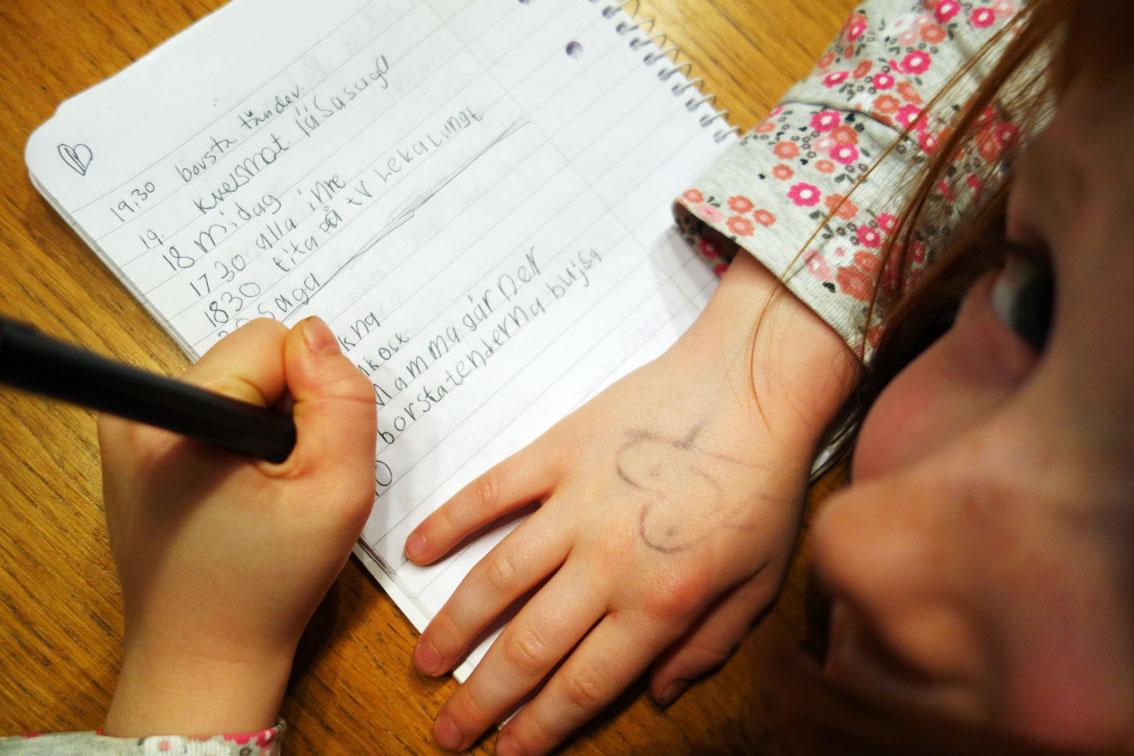Vilka tider är viktigast i vår morgonrutin? Vi passade även på att skriva ner kvällsrutinen.